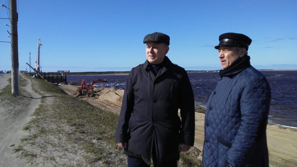 Депутаты А. Кукушкин и М. Гмырин на строительстве Ягринского моста